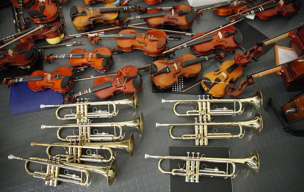 violines y trompetas