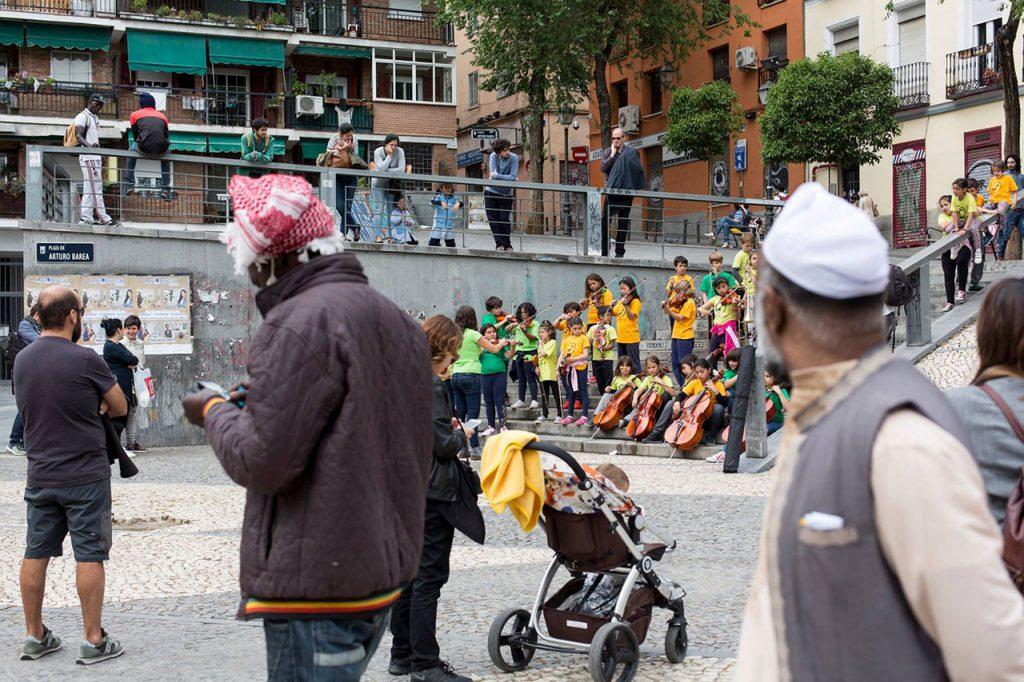 Niñas y niños tocando en la calle