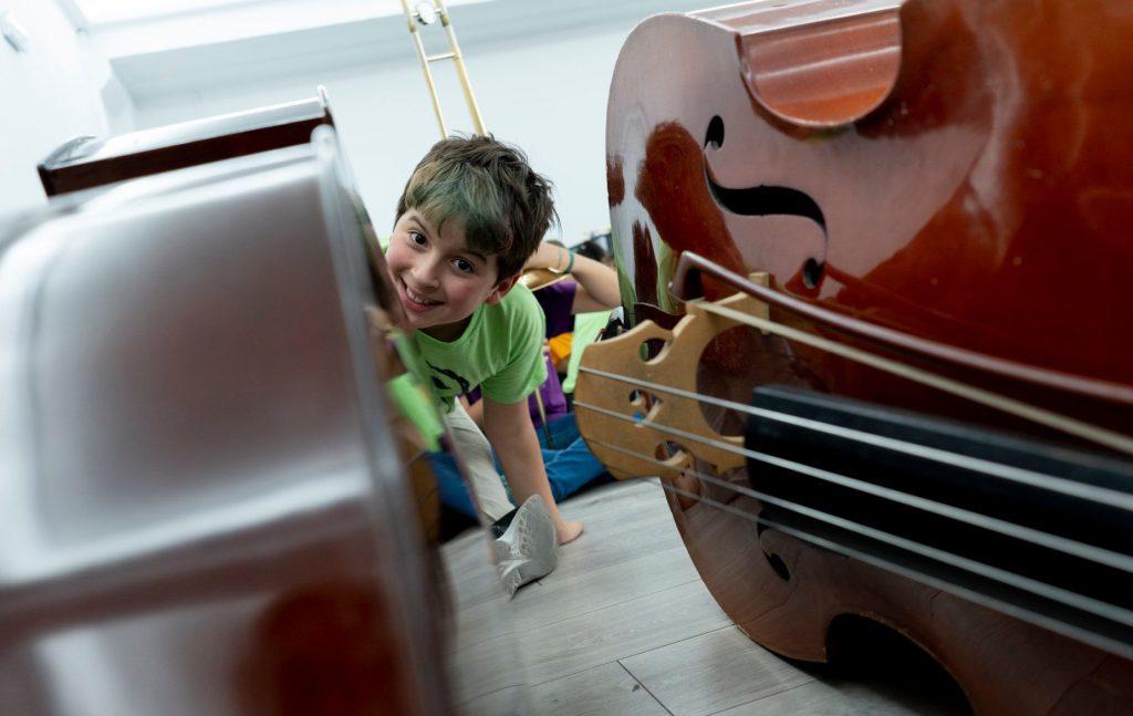 Niño entre dos violonchelos