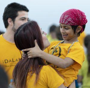 Alumna abrazando a Elia Cornejo