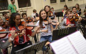 Sección de violines en concierto DaLaNota